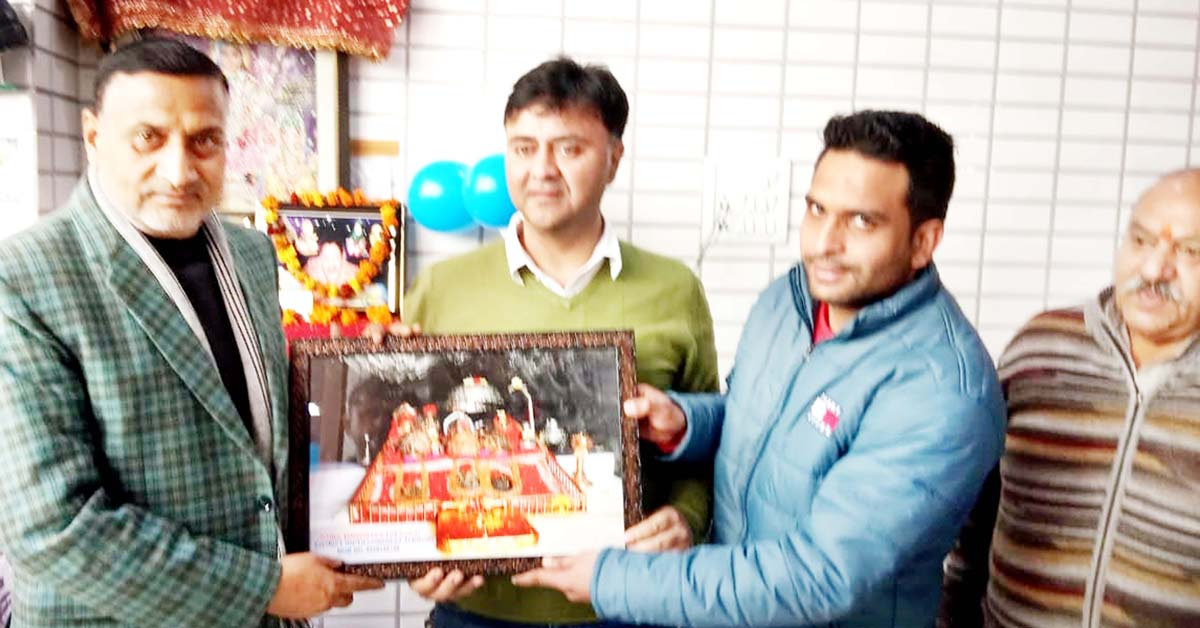 Ranjeet Gupta, owner of footwear showroom 'Fancy Collection' felicitating Congress leaders Sham Lal Sharma and Vikram Malhotra at Jammu on Tuesday.