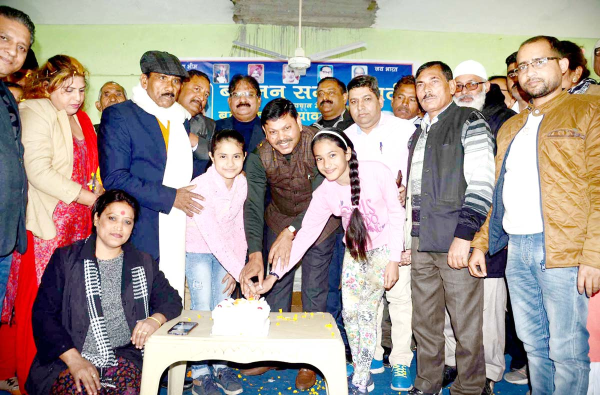 BSP leaders and functionaries cutting cake to mark 63rd birthday of party national president, Mayawati at Jammu on Tuesday. -Excelsior/Rakesh