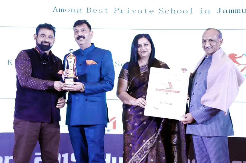 Rohit Gupta & Mona Gupta receiving award at New Delhi.