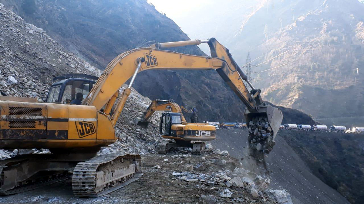 Machines clearing highway near Ramsu in Ramban on Thursday. — Excelsior/Shubam