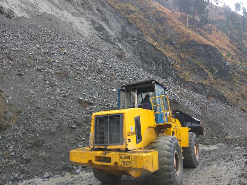 A machine clearing landslides at Battery Chashma near Ramban on Wednesday. —Excelsior/Parvaiz Mir