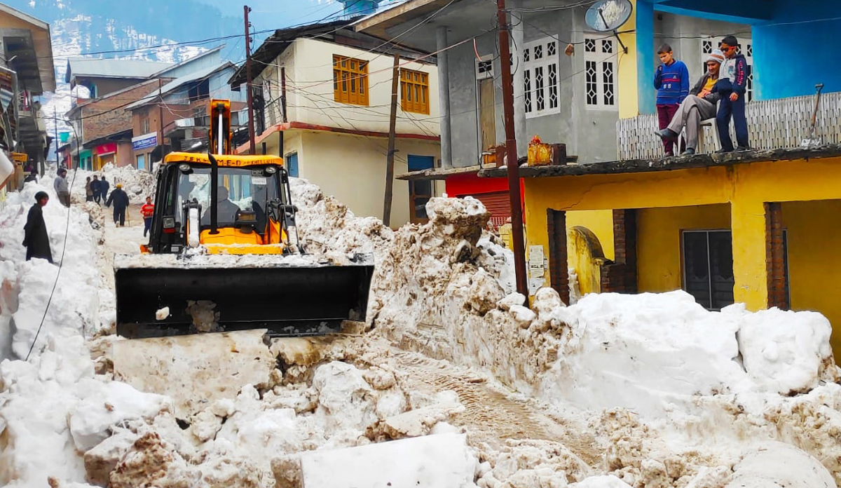 A machine clearing heaps of snow from the internal roads in Bhaderwah town on Thursday. —Excelsior/Tilak Raj