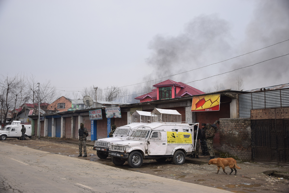 Smoke billows out from the hideout of militants at Pinglana, Pulwama on Monday. —Excelsior/Younis Khaliq