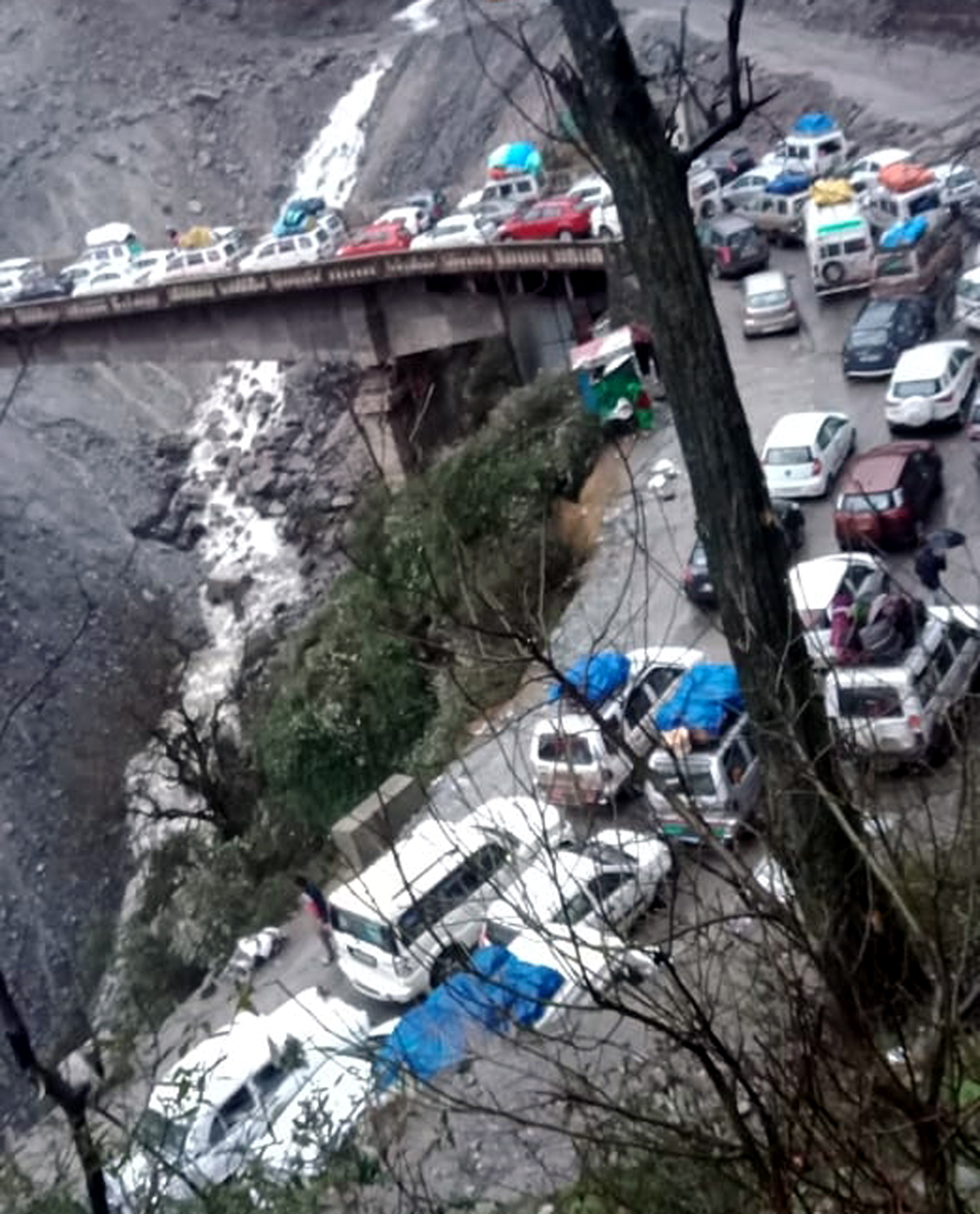 Vehicles stranded near Panthyal bridge in Ramban area on Jammu-Srinagar National Highway. - Excelsior/Parvaiz Mir