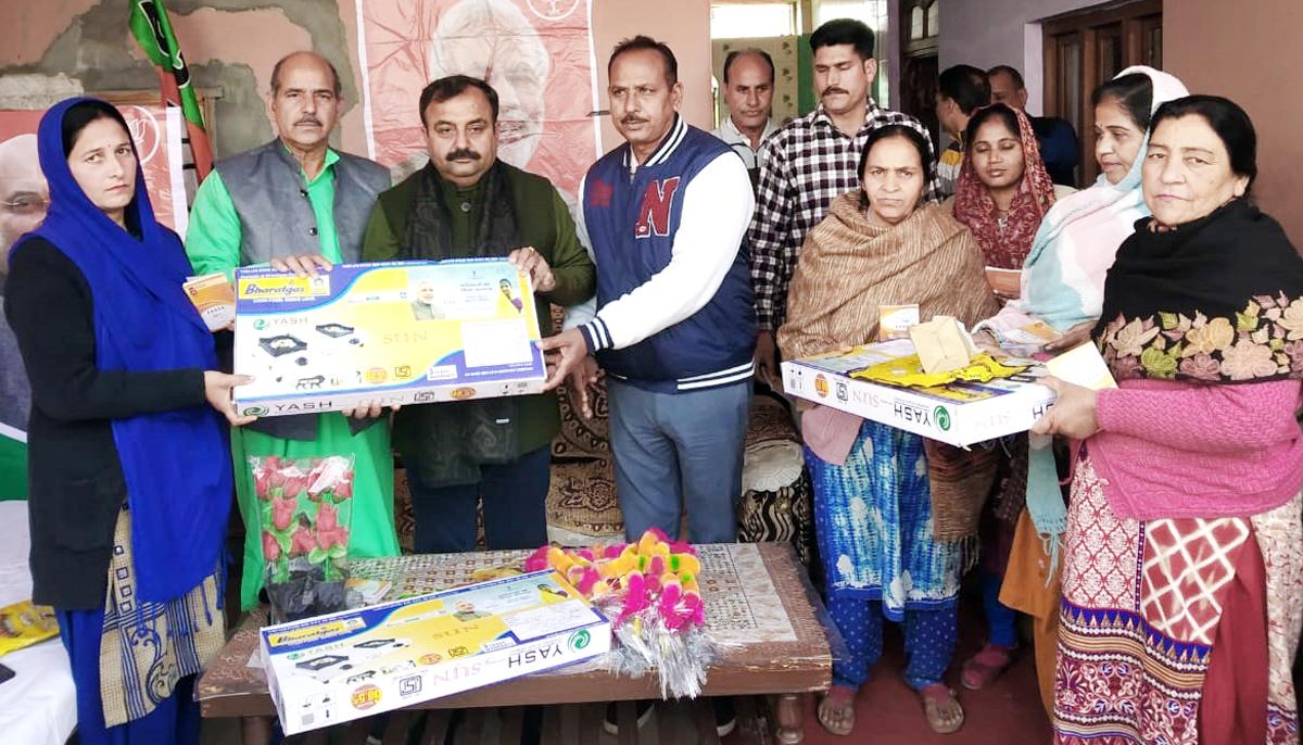 Sourabh Aggarwal, Director Kamdhenu Paints alongwith other officials felicitating a dealer at Jammu.