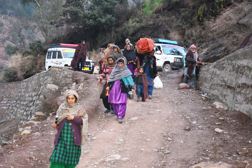 After shelling, villagers migrating to safer areas in Mendhar sector of Poonch. —Excelsior/Rahi Kapoor