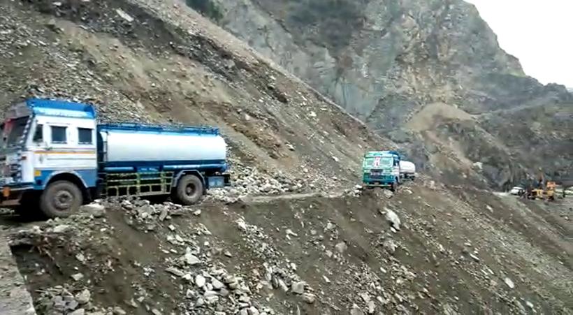 Oil tankers crossing Marog landslides zone and moving towards Kashmir on Tuesday. -Excelsior/Parvaiz