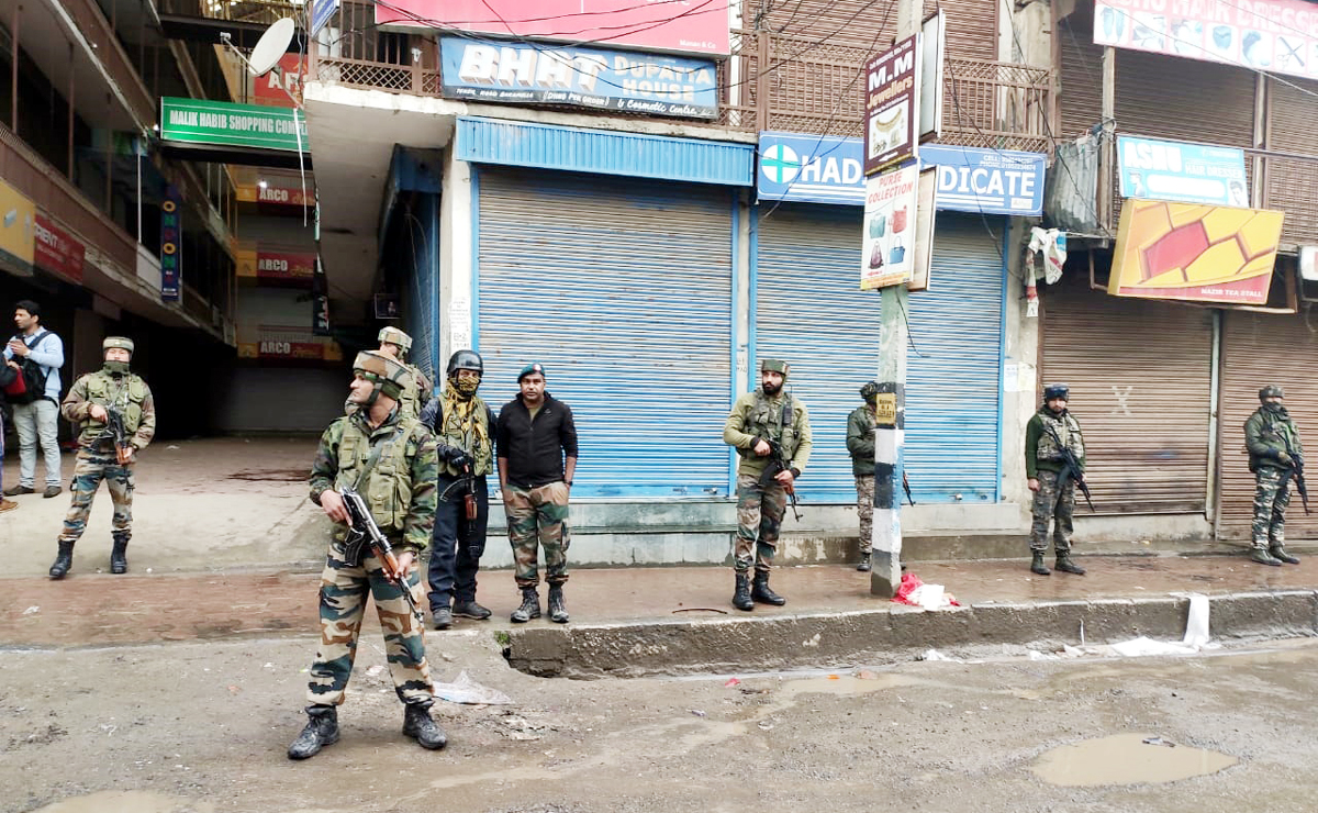 Security forces at Main Town, Baramulla after killing of a civilian by the militants on Saturday. —Excelsior/Aabid Nabi