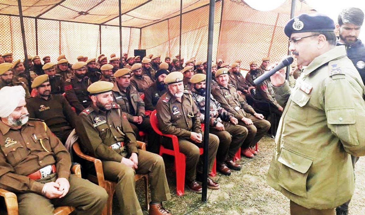 DGP Dilbagh Singh addressing jawans at DPL Pulwama.