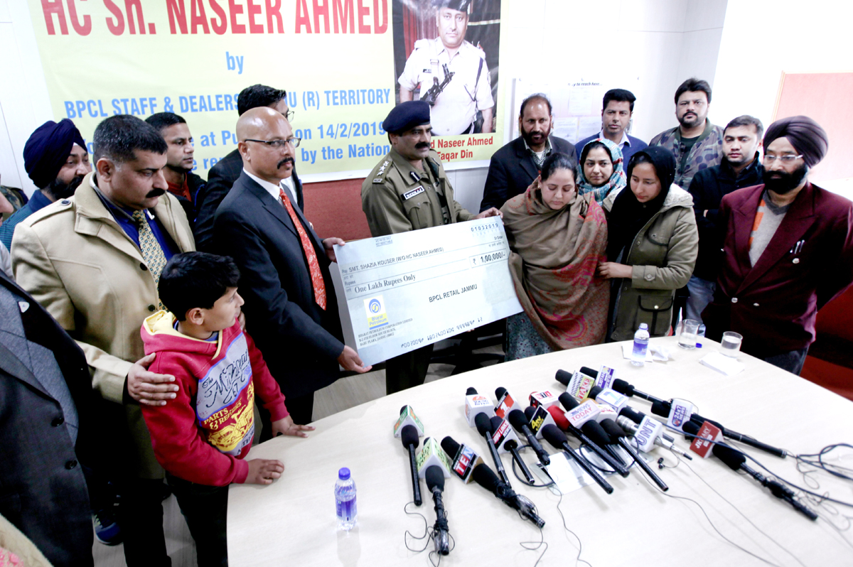 Territory Manager, Rajesh Sharma and dealers of BPCL giving Rs one lakh cheque to Shazia Kouser, wife of Pulwama martyr, Naseer Ahmed at Jammu on Friday. -Excelsior/Rakesh