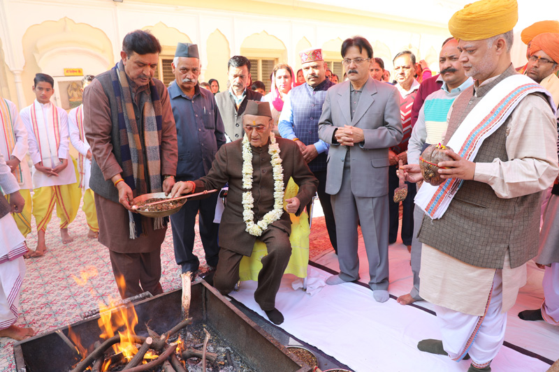 Dr Karan Singh, Chairman, J&K Dharmarth Trust, offering 'Ahuti' in the Hawan performed at Shree Raghunath temple complex in Jammu.