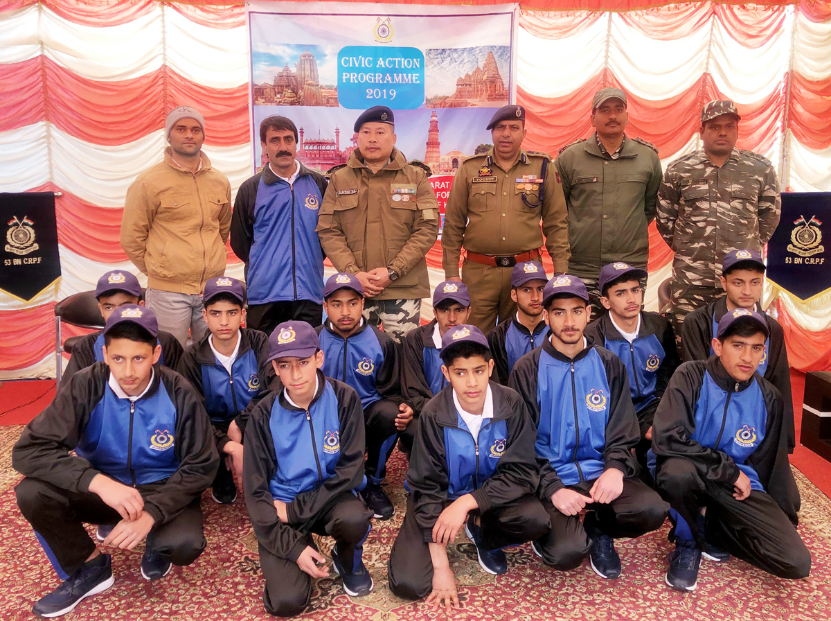 Participants of Bharat Darshan Tour posing for photograph with CRPF and JKP officials.