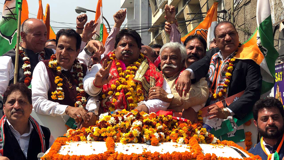 Senior Cong leader Raman Bhalla along with other leaders leading massive rally to DC office in Jammu on Monday. - Excelsior / Rakesh
