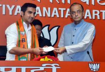 Union Minister Arun Jaitley welcomes former cricketer Gautam Gambhir who joine Bhartiya Janata Party, at the party headquarters in New Delhi on Friday. (UNI)