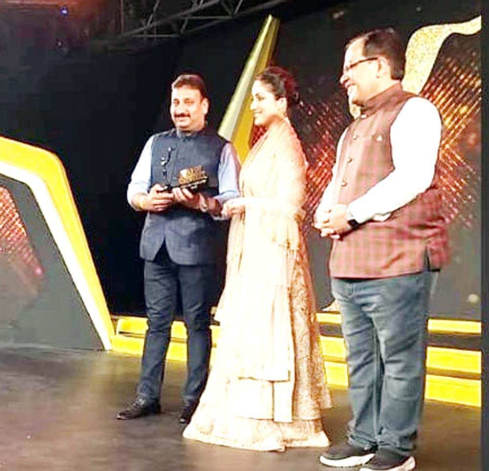 Rajesh Langer, owner of Yougal Sons receiving 'Star of the Industry' award.
