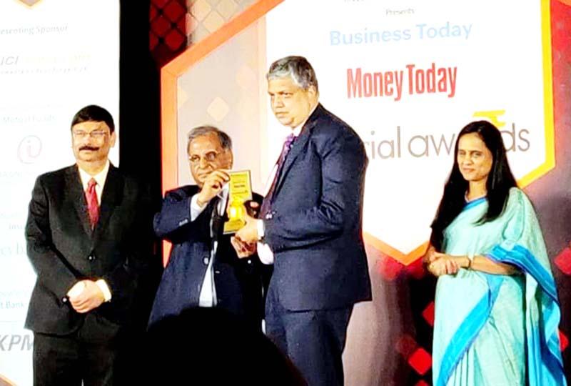 S Naren, ED & CIO, ICICI Prudential AMC recieving the award.