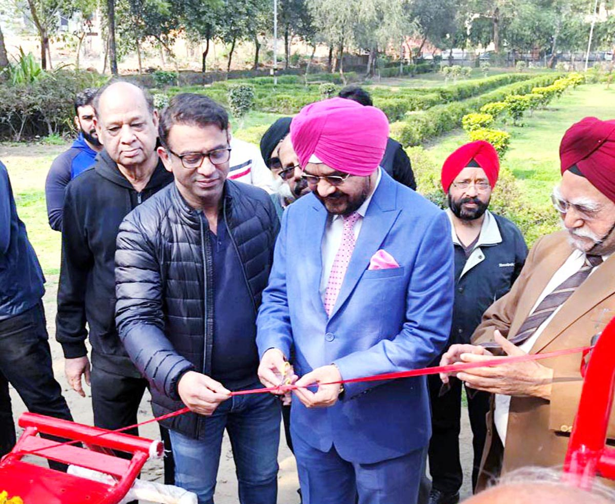 Raghuvinder Shokeen, MLA Nangloi Jatt, (Delhi West), Dr H.S Paul, Social Worker and Delhi Bureau Chief, Daily Excelsior of Jammu and other dignitaries inaugurating Open Gym in Delhi.