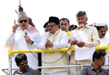 Telugudesam Party President and Andhra Pradesh Chief Minister N Chandrababu Naidu with National Conference leader and former Jammu and Kashmir Chief Minister Farooq Abdullah addressing supporters during a road show as part of the election campaign at Kadapa in Andhra Pradesh on Tuesday. (UNI)