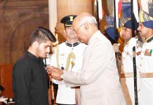 President Ram Nath Kovind presenting Shaurya Chakra to Irfan Ramzan Sheikh during the Defence Investiture Ceremony at Rashtrapati Bhavan, in New Delhi on Tuesday. (UNI)