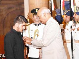 President Ram Nath Kovind presenting Shaurya Chakra to Irfan Ramzan Sheikh during the Defence Investiture Ceremony at Rashtrapati Bhavan, in New Delhi on Tuesday. (UNI)