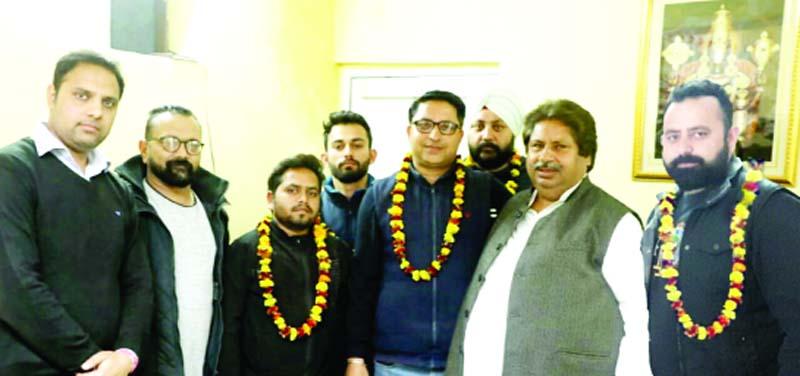 Senior PCC leader Raman Bhalla felicitating youth joining Congress Party at Gandhi Nagar on Thursday.