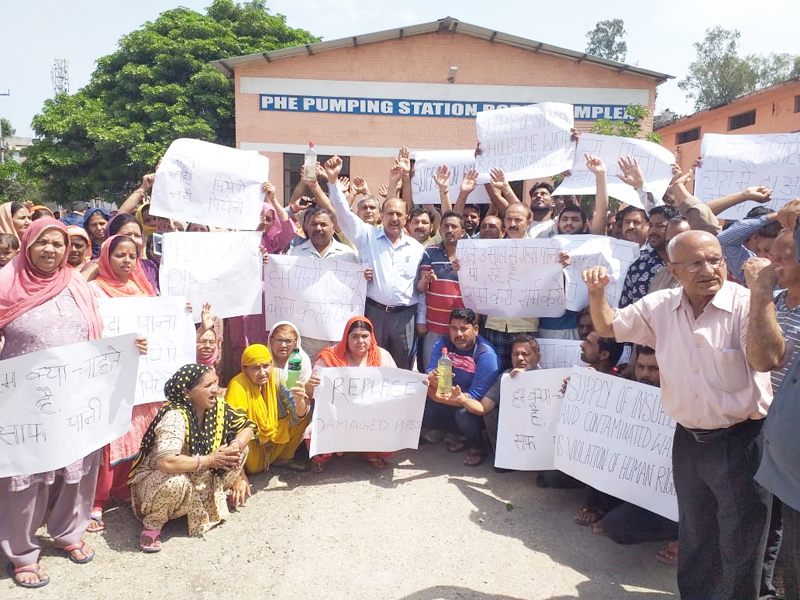 Residents of Bahu Fort staging protest at Boria Pumping Station in Gorkha Nagar, Jammu.