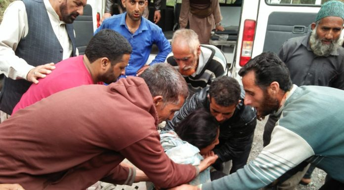 A girl injured in Pakistan shelling being shifted to hospital in Poonch on Friday. —Excelsior/Gurjeet Bhajan
