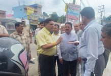 JMC Mayor Chander Mohan Gupta during a tour of Ward No 38.