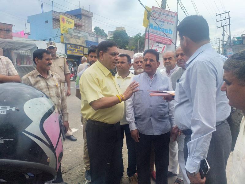 JMC Mayor Chander Mohan Gupta during a tour of Ward No 38.