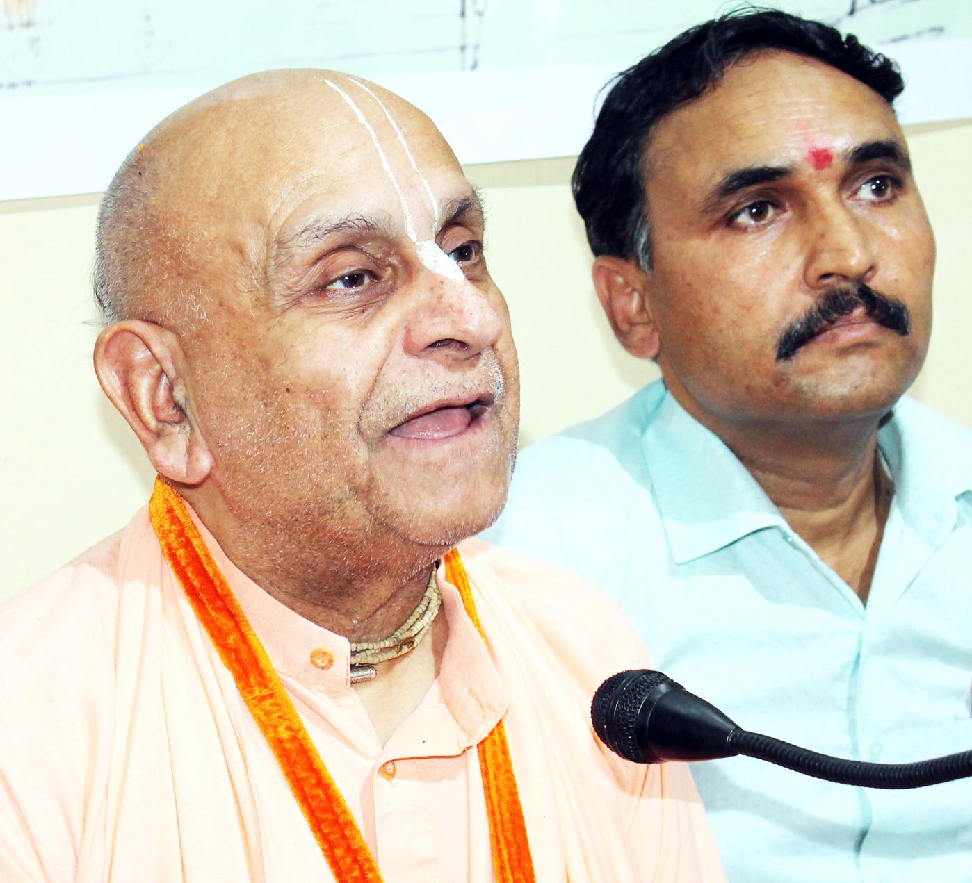 Navyogendra Swami Ji Maharaj, International Spiritual Guru interacting with media persons at Jammu on Monday. -Excelsior/Rakesh