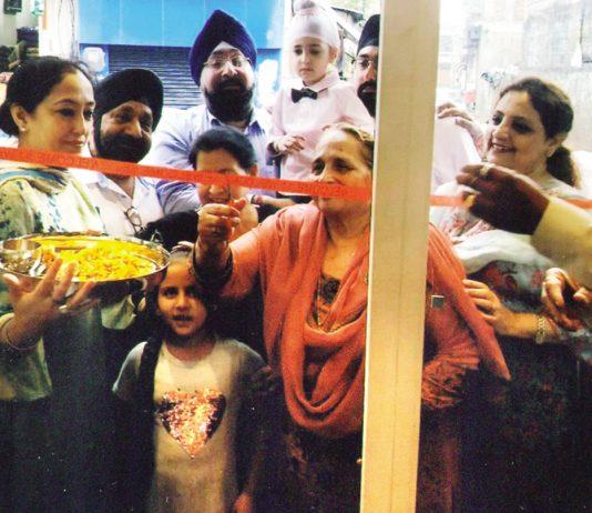Manjit Kaur Anand inaugurating 'Baba Chicken' at Nanak Nagar, Jammu on Wednesday.