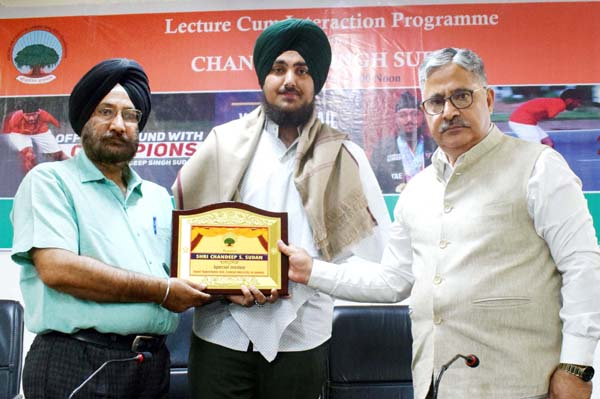 Ace para athlete Chandeep Singh being honoured by Prof Ashok Aima, Vice Chancellor CUJ during an interactive session on Monday.