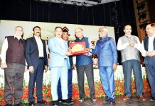 G Parthasarathy presenting HUDCO award to J&K Bank Chairman Parvez Ahmed at New Delhi.
