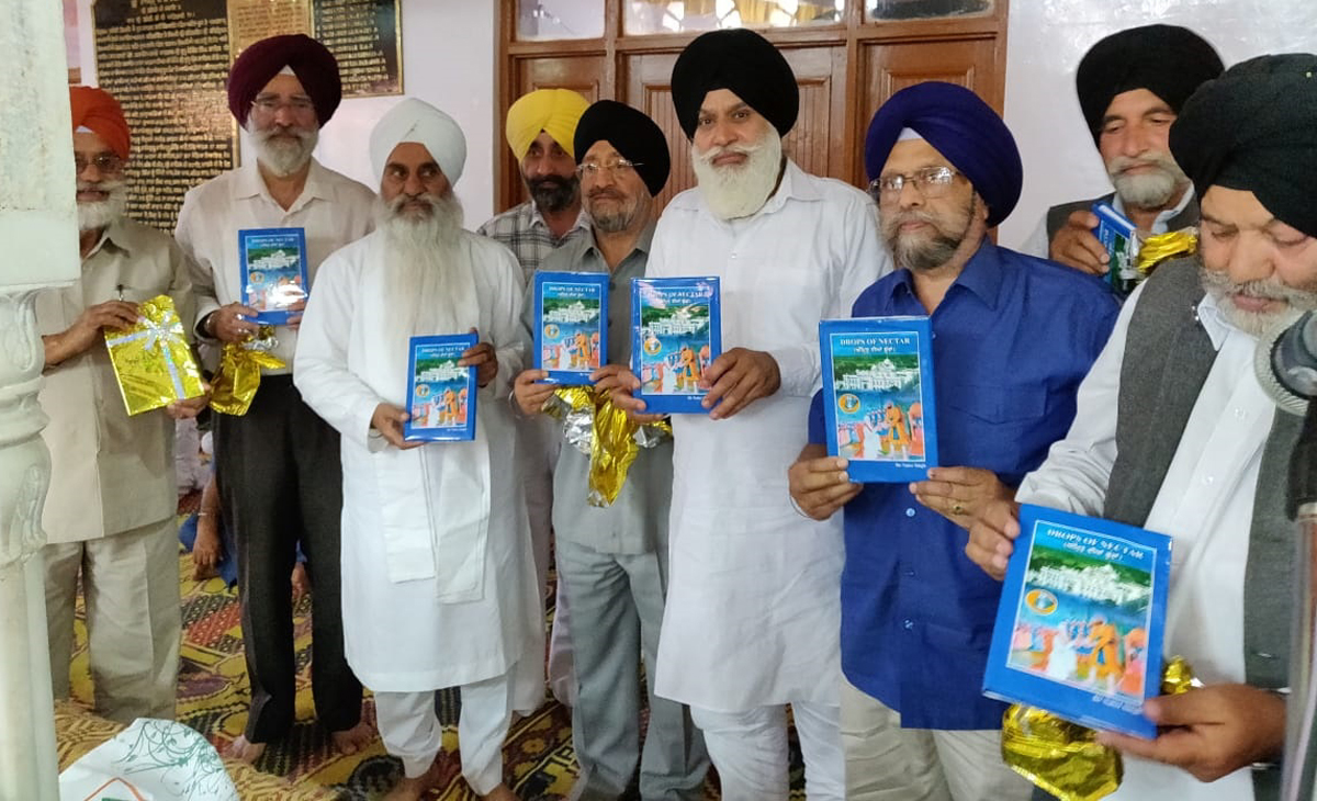 Mahant Manjit Singh along with other Sikh leaders releasing book in a function at Dera Nangali Sahib on Monday.