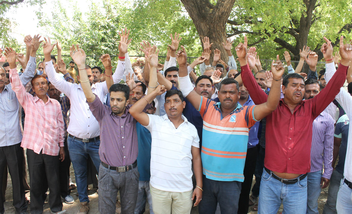 PHE daily wagers staging protest against Govt near Press Club in Jammu on Monday. —Excelsior/ Rakesh