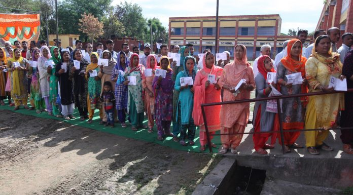 An unending queue of voters at Ghagwal near Hiranagar on Thursday. —Excelsior/Rakesh