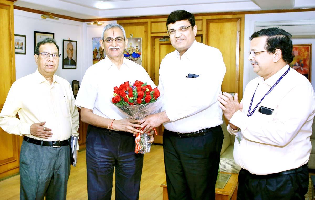 Rakesh Kumar, Chairman SCOPE presenting bouquet to CVC KV Chowdary during meeting.