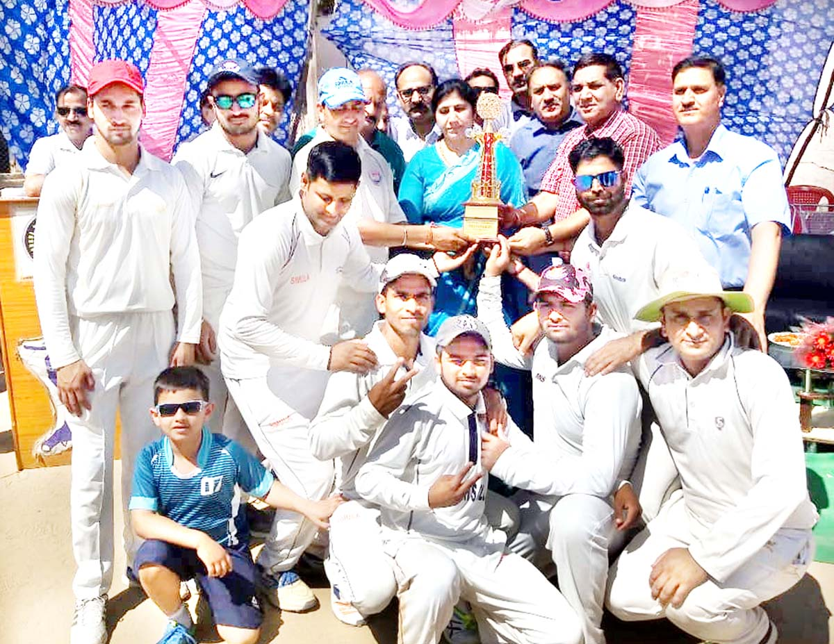 Mayor JMC Chander Mohan Gupta, Deputy Mayor Advocate Purnima Sharma and others presenting title trophy to winner team at Jammu.