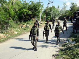 Security forces on way towards encounter site at Yarwan forest in Shopian district on Tuesday. -Excelsior/Younis Khaliq
