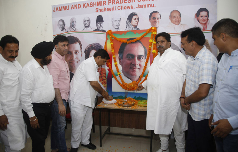 Senior Congress leaders Raman Bhalla, Jugal Sharma, Ravinder Sharma & others paying tributes to former PM Rajiv Gandhi at a function in Jammu. —Excelsior/Rakesh