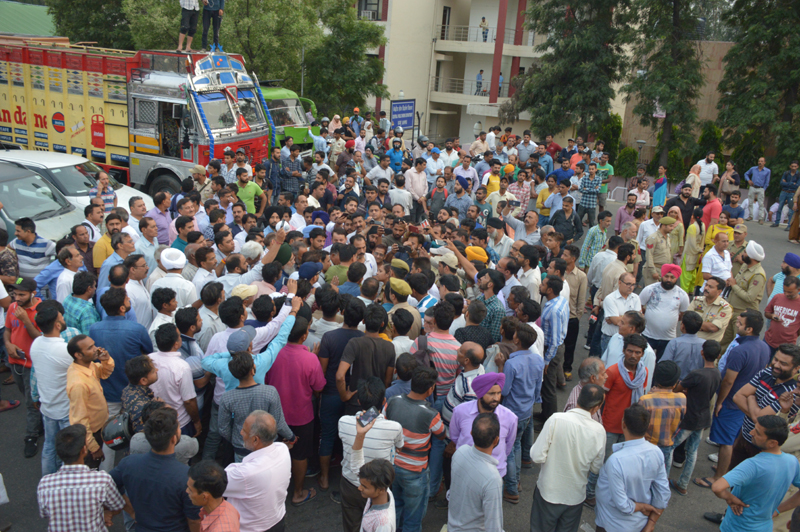 Kin of deceased KAS officer, Sushil Kumar Attri protesting near Shastri Nagar Cremation Ground in Jammu. — Excelsior/Rakesh