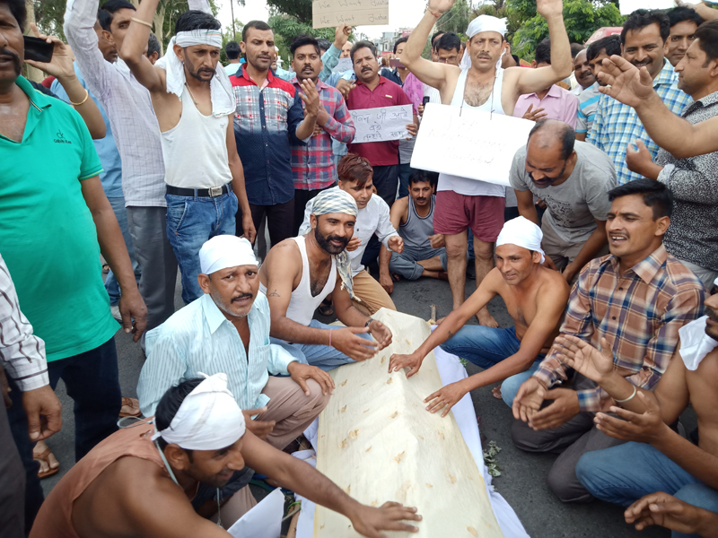 PHE workers protesting at Kathua on Thursday. — Excelsior / Pardeep
