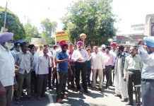 Villagers protesting against PHE Deptt near Sunderbani on Monday.
