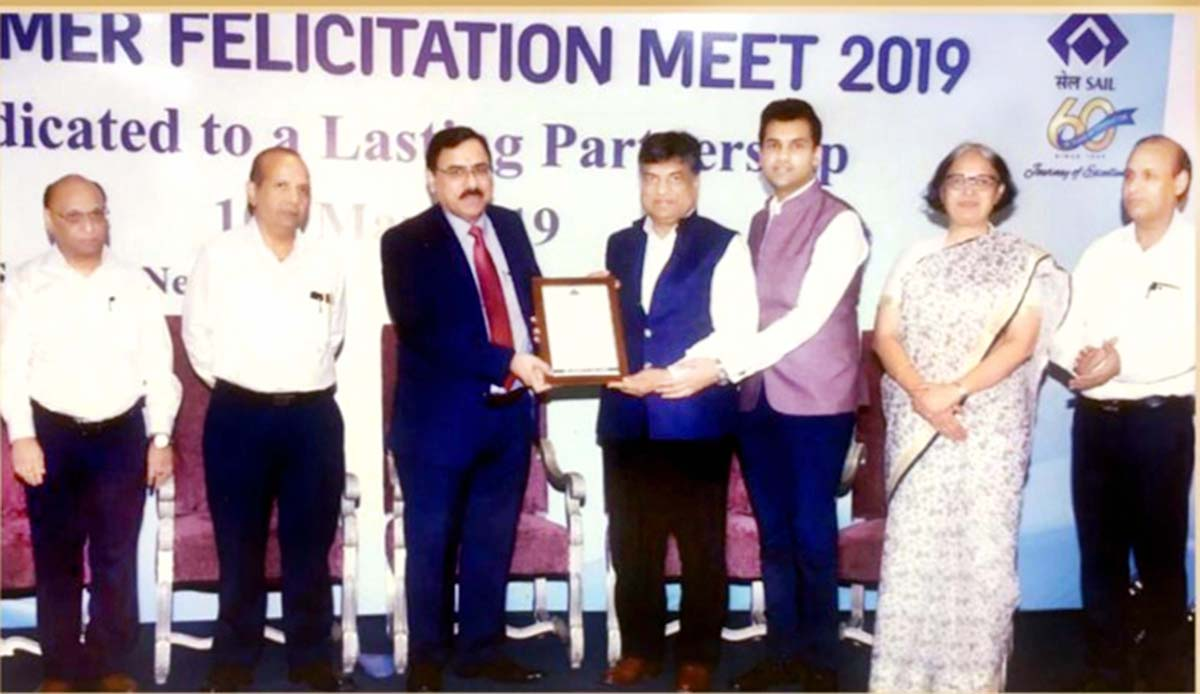 Ajay Kumar Bansal, Chairman and Managing Director, Hi- Tech Pipes Limited receiving 'Top Performer Award' from Anil Kumar Chaudhary, Chairman, SAIL.