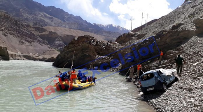 Rescue team searching bodies of two missing persons in Indus river at Leh. Ill-fated car is also seen. -Excelsior/Morup Stanzin