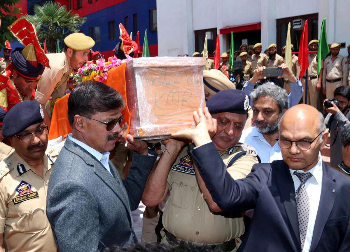 Advisors carrying mortal remains of martyr at DPL Srinagar on Monday.