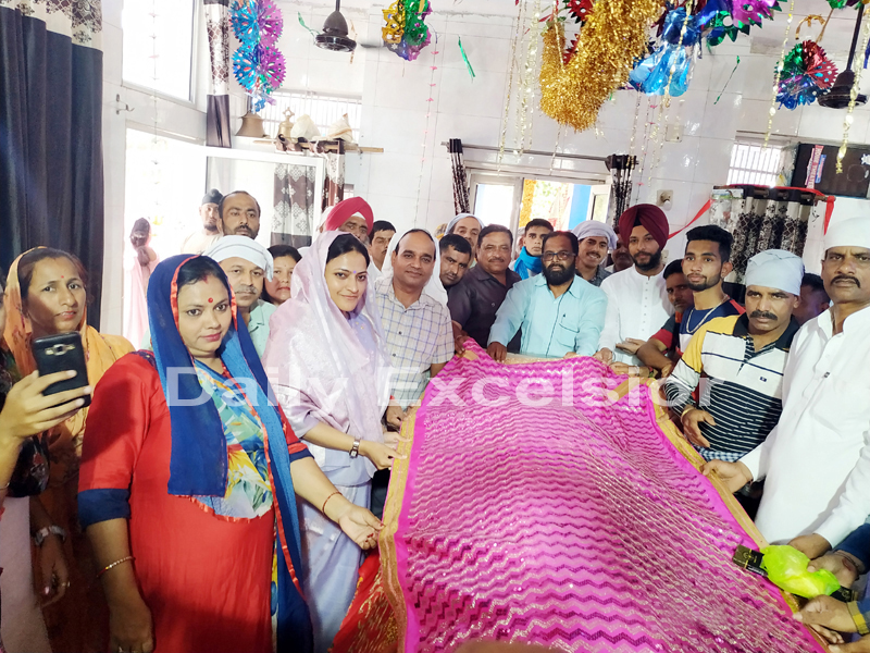 People offer prayers at Baba Chamliyal shrine in Ramgarh on Thursday. -Excelsior/Gautam