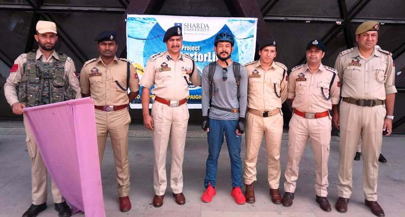 Dr Haseeb Mughal, SSP Srinagar alongwith other dignitaries flagging off Rohan Singh for 'Water for Life' Campaign.