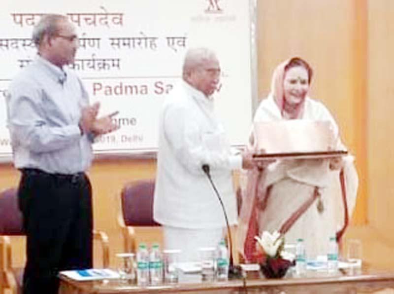 Eminent Dogri poetess, Padma Sachdev being honoured with Sahitya Akademi Award in New Delhi.