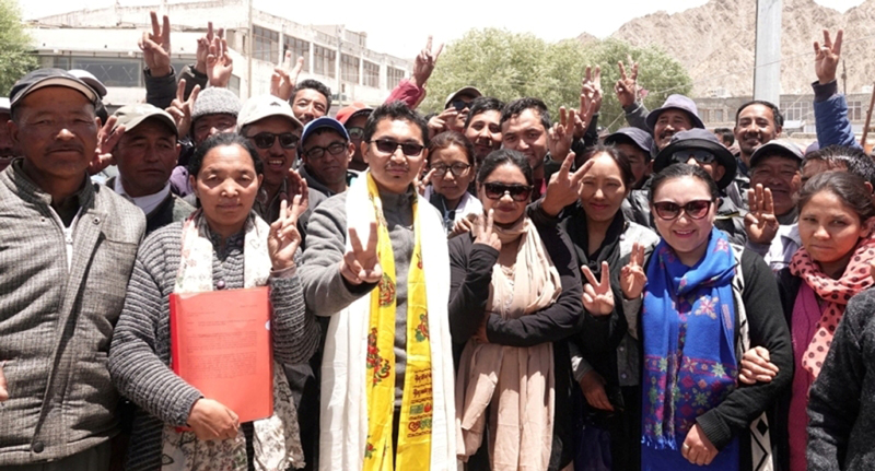 CEC LAHDC Jamyang Tsering Namgyal and protesting daily wagers posing for group photograph at Leh.